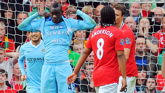 "Mario Balotelli et son t-shirt ""Why always me ?"" avec City contre Manchester United"